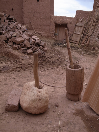 アイト・ベン・ハッドゥに住んでいるらしき人が使っていた道具。この道具で、実際に植物をすりつぶしたりしているそうです。まさに生きた博物館です…!いったい何千年前からこうなのでしょう? タイム・トリップしたかのようなアイト・ベン・ハッドゥ、ほとんど住んでみたい世界です。