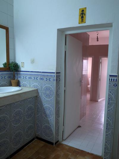 そして、アイト・ベン・ハッドゥの休憩所のトイレ。タイルが施してあって、きれいです…。モロッコ人エライ!と思わされる瞬間です。