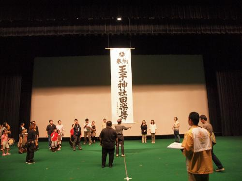 誇らしげに<br /><br /> 王子神社田楽舞<br /><br />  神社のかたは来ては降りませんが<br /><br />その 存在を示しています。<br /><br />    立派です。。