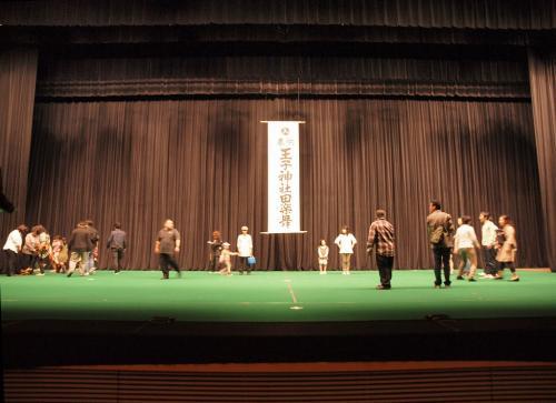 広さを、、感じてください、、<br /><br /> 床が緑、、地面を表わしているのでしょう。<br /><br />  田楽の多くは 地上で舞いますから。<br /><br />王子田楽は 徳川家光寄贈の 社殿より大きな舞殿で舞ました。