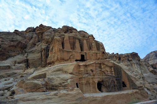 オベリスクの墓とエル・シーク・トリクリウム<br /><br />ジンの岩の向い側には、2つの建造物があります。<br />オベリスクの墓(上部)と、葬祭殿のエル・シーク・トリクリウム(下部)です。<br />オベリスクの墓は、4本のオベリスク(高さ7m)がそびえます。