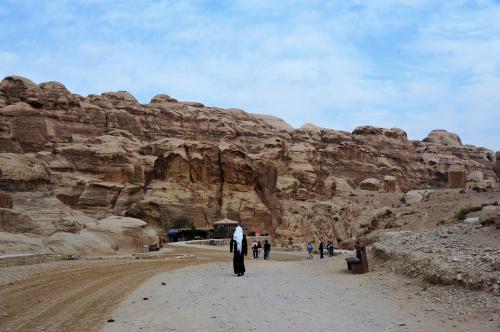 シュマーグというアラブのスカーフ<br />これは日よけにも砂よけにもなる優れもの<br />アラブの男性の服はディジターシュというらしい。<br />