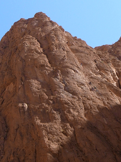 岩壁に小さな人影が…! ここはヨーロッパのクライマーたちの絶好の練習場となっているそうで、壁をよじ登っている人たちの姿が遠くにアリのように見えます。見ているだけでコワイ…!<br />