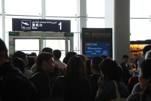 搭乗ゲートに来てみると、時間通り13:20から搭乗開始していたようです!<br />既に行列とかしていました。<br />広州行きの客も多いなぁ・・・