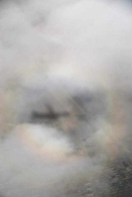 と思ったら、雲はまだまだドンドン増えてきました♪<br /><br />飛行機の影は空中に浮いているの?<br />雲の無い所にも影は映っています。<br />虹の真ん中に浮かぶようになっているの?<br /><br />地面に写る影だったら、こんな大きさではないですよね。<br />どうなってるのかな?<br />