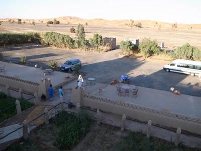 オーベルジュのすぐ外側に広がる砂丘。ふもとのほうまでなら、歩いて行ってもあまり時間がかかりません。裏手にはメルズーガの村が広がっていますが、お店とかレストランとはありません…。ほんとに砂漠を見に来るためだけの場所なのです。