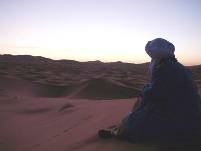 ラクダ引きのおにーさんと一緒に、朝日を待ちます。こんな恰好をしていますが、中身は英語を話すモロッコの普通の若者です。乗っているラクダに名前はあるのかどうか尋ねたら、「サブロウさん」とか言っていました。以前に日本人観光客が命名したそうです…。