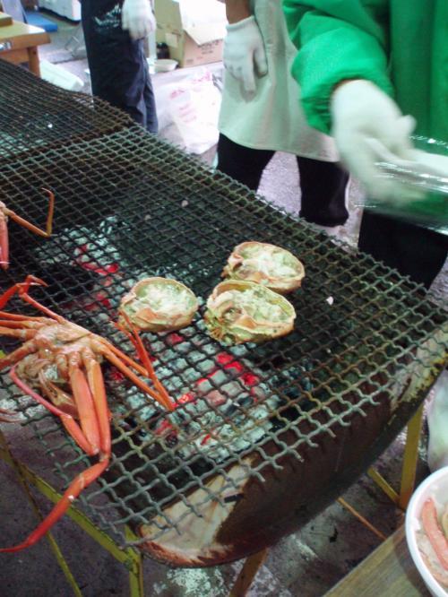 蟹の甲羅焼き、500円也!<br />おいしそー、すごい行列ですぐに売り切れ。