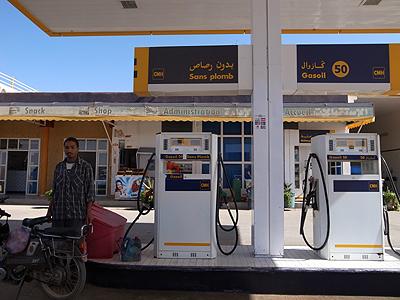 メルズーガからフェズへは、8〜9時間の長時間ドライブとなります。まずはガソリンスタンドでばっちり給油。ちなみに「ガソリン」の呼び名はGasoil(ガスール)…。もう、フランス語なのかアラビア語なのかよくわかりません(普通、フランス語ではessenceエサンス、アラビア語では「ベンジーン」かと思うのですが)。