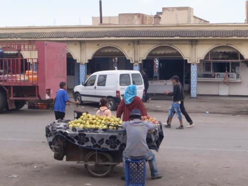 ミデルトは「リンゴの里」として知られ、あちこちでリンゴを山のように積んだ荷台に出会います。道を走っていると、リンゴがぎゅうぎゅう詰めになったトラックがいます。<br /><br />モロッコではエリアによって農産物がはっきり分かれていて、やたらタマネギばっかり見かけたり、ジャガイモばっかり見かけたり、ということがあります。<br /><br />モロッコは実は、サヤインゲン生産量世界第3位、殻つきアーモンド第5位、オリーブ第6位という大変な農業国で、「砂漠の世界」はそのごく一部の顔でしかありません。このミドル・アトラスを走ると、そのことがよくわかります。<br />