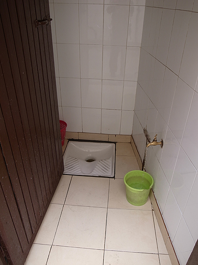 ミデルトの街の食堂でようやく見かけた、イスラム式のしゃがむトイレ。地元の人は水でお尻を洗います(一応、紙もありました)。<br />そしてこの後、アズルーのサルに出会い、メクネスを経て、ローマ遺跡ヴォルビリスへと向かいます。