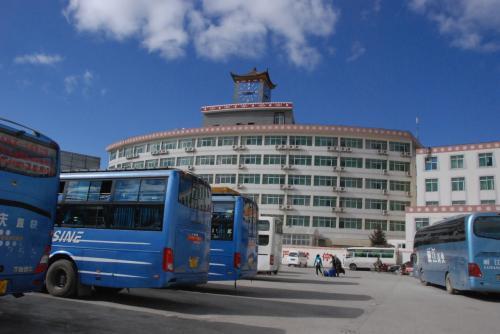 シャングリラのバスターミナル。<br /><br />徳欽行きとかのバスもあり行きたくてウズウズした。<br /><br />バスターミナルってなんかテンション上がるんだよなー