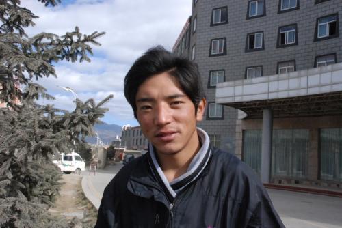 とりあえず若いチベタンが話しかけてきたので独克宗古城まで連れてってもらう。<br /><br />もちろん英語は通じないので筆談で。