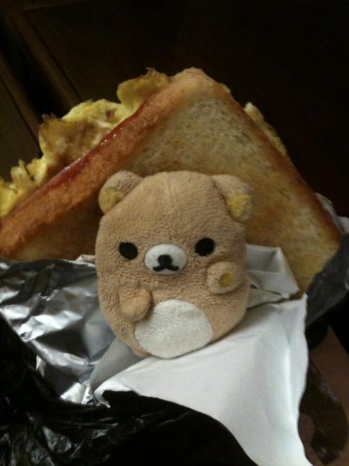朝でーす。<br /><br />朝ごはんといえば屋台トーストでしょう!(*゚∀゚)=3<br />これを持ってスタバで飲み物を買ってまくまくしました。<br /><br />食べてしかいないような感じになってまーす。