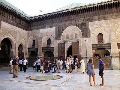 14世紀のスルタン、ブー・イナニアが建てた神学校、ブー・イナニア・マドラサ(「マドラサ」は「学校」の意味)。一時はフェズまたはモロッコで最も重要な宗教施設だったのだとか。壁やドアの装飾が見事です。フェズはかつて「西のメッカ」「アフリカのアテネ」と呼ばれていたそうで、その文化的程度の高さがうかがい知れますね。