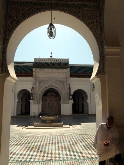 """9世紀に建てられたカラウィン・モスク。その後大学を併設。「カラウィン大学」としても知られています。""""現在まで継続して使われている大学""""としては世界最古のものとして、ギネス、ユネスコに登録されているのだとか!<br />今も昔も、イスラム世界では屈指の大学の一つです。あいにく異教徒は中には入れませんが、通りがかるだけでもありがたい感じが…。"""