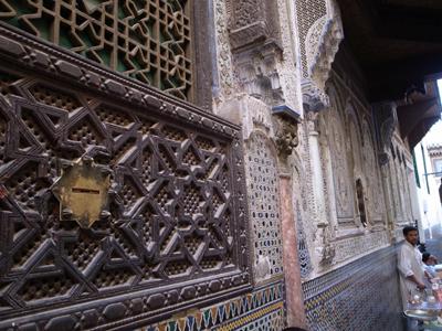 ムーレイ・イドリス2世の墓。9世紀、モロッコにイスラムをもたらしたムーレイ・イドリスの息子で、フェズに首都を置いた人です(ちなみに父親のほうは近くにある街ムーレイ・イドリスに眠っています)。<br />たくさんの信徒が訪れる聖なる場所で、これまた異教徒入場禁止。写真は霊廟の裏のほうですが、こちらも美しい格子細工となっています。
