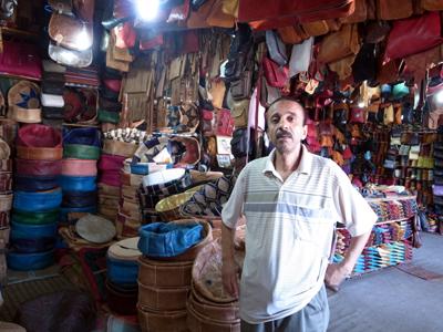 タンネリの周りには革製品のお店がたくさんあって、バブーシュ(モロッコのサンダル)や皮ジャケットなどが大量に売られています。中には買い付けに来る日本人もいるようで、このおじさんは「大阪のシマさん、毎年来ます!」とか言ってました。