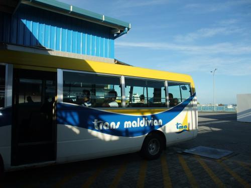 バスに乗って水上飛行機乗り場へ。
