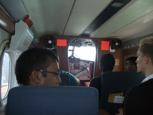 いざ、搭乗。<br />機内はせまく20人ほどが乗れます。