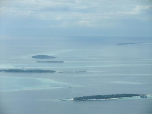 水上飛行機からの眺め3<br />アリ環礁が見えてきました。