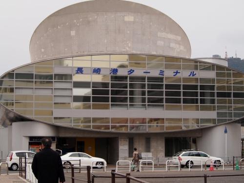 長崎港ターミナルは、こちらです。<br />一階7番切符売り場でこのたびの軍艦島クルーズの主催会社やまさ海運株式会社さんのチケットの支払いをします。<br />もちろん予め出航予定日確認と予約は必須です。<br />