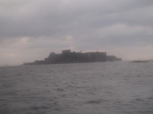 しばらくすると<br />通称名どおり<br />軍艦のような島が現れます。