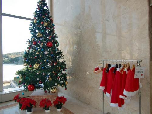 本館ロビーの脇に飾られたクリスマスツリーとサンタの無料貸し出し衣装(写真)。孫ができたらこれを着せて楽しむか?