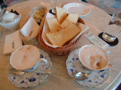 ラウンジ「ドルチェ」に入り、トースト(262円)とカフェオーレ(写真)を注文する。