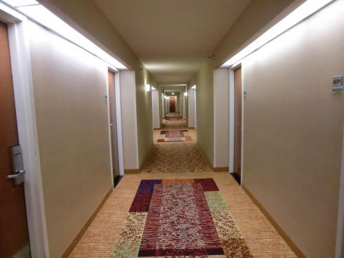 2011年12月上旬の週末料金で、ルームチャージ129ドル、税・サ込みで145.73ドル(約11600円)。エアポートホテルとしては高めの料金であるが、施設は充実している。