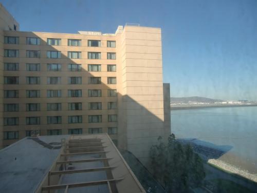 部屋からの眺め。外は快晴で観光日和であるが、今は日本時間の深夜なので眠たくてしょうがない。