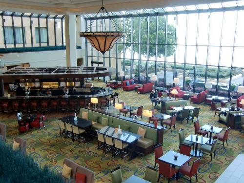ホテル1階にある大きなバー・ラウンジ(写真)。飲み物のほか軽い食事がとれる。夜はカクテルタイムになる。