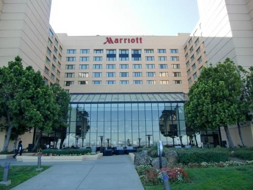 ラグーン側から見たマリオットホテル(写真)