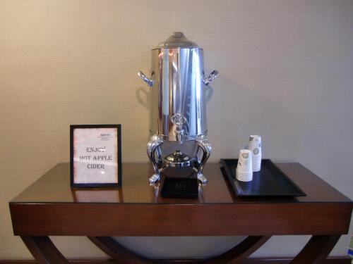 寒くなってきたのでホテルにもどり、ロビーに置いてある「ホット・アップルジュース」(写真)を飲む。ちょっとしたサービスであるが、嬉しいものである。