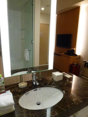 やや問題があったのは水回り。<br /><br />別に水が出ないとかの不具合ではなく、造りの問題。<br /><br />この洗面所、アイランド型でベッドルームの一角にあるという感じなんです。