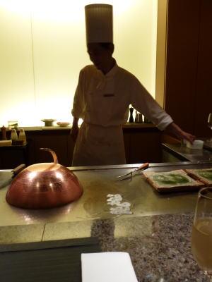 夕飯はホテル内の「雅庭」で鉄板焼きを頂きました。<br /><br />半年前にアメリカから10年ぶりに帰国されたシェフが料理してくださいます。