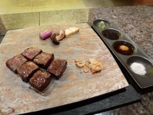 こちらは牛のステーキ。<br /><br />確か広島牛と仰っていたような。。。←そろそろお酒が回ってきていたので曖昧(^_^;)<br /><br />でもこのステーキがメチャウマだったのはよーーく憶えてますっ♪<br /><br />