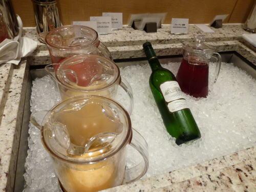 ジュースとワイン。<br /><br />スナックのテーブルに赤ワインもありましたよ。