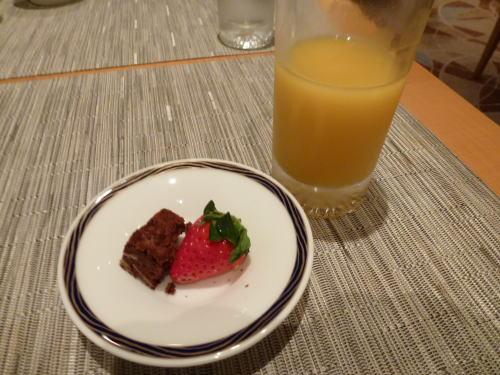 可愛いデザートです。<br /><br />でもお腹一杯なのに食べてるアタシって・・・(^_^;)<br /><br />だから太るのよねぇ。。。