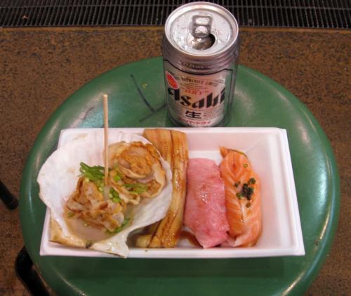 小倉から門司駅へ、リュックをコインロッカーへ預け、下関駅へ。 JR九州の車体はあずき色で美しい。<br />駅の観光案内所でパンフレットをもらい、まずはバスで唐戸へ移動する。 下車すればそこが[唐戸市場]だった。 市場で昼食、400円のトロを食べながらビールを飲む。うまい。