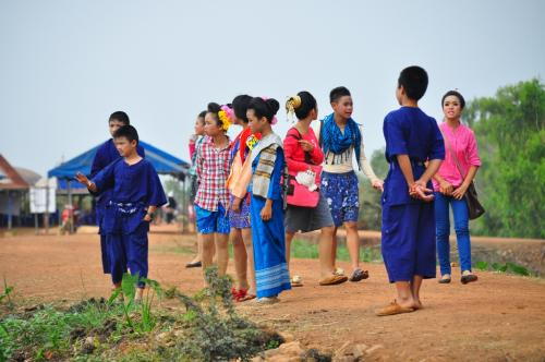 土手の上に、丁度、伝統舞踊でも演じるのか、伝統的な衣装を身につけた、子ども達が来て、彼らも、ピンク色の蓮で埋め尽くされた、湖面を見ていました。