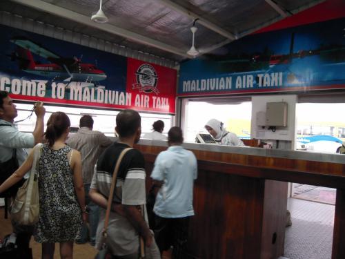 バタラへの移動は水上飛行機。Maldivian Air Taxiの赤い水上飛行機です。<br />リゾート名、名前を伝えて、カウンタでチェックイン。<br />預ける荷物の重量は一人20キロ+手荷物5キロまで。それ以上超える場合は、1キロにつきUS$4+6%(GST)の超過料金がかかります。搭乗券に荷物の重量に明細が明確に載ってきます。