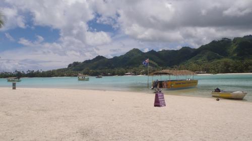 コロミリ島から見たラロトンガ島。<br />印象的な形で絵になります。