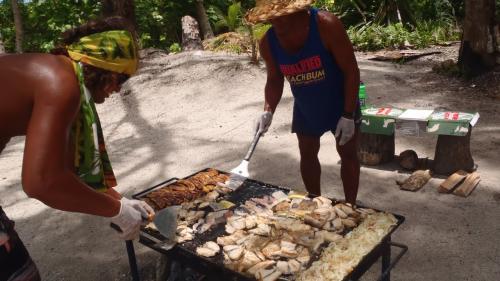 ワイルドなビーチバーベキュー。<br />鉄板の下は、やしの実の殻や枯れた葉っぱです。高温に燃える椰子は、理想的な燃料。島の掃除にもなって、一石二鳥。
