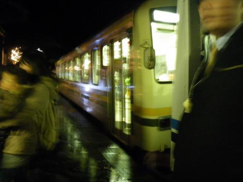 18:00発浜原駅行き(江津方面)の汽車が入線してきました。三次からこの汽車で来て、19:11発の三次駅行きのに乗ると約1時間宇都井駅に居る事が出来ます。沢山の人が列車から降りて来ました。雨のホームは傘をさして立っているには狭い。考えてみると…駅ホーム入場券を購入してなかった!と言うより販売所がなかった?!?