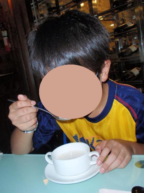 息子はステーキのコースを頼んだので<br />まずスープが出て。。。