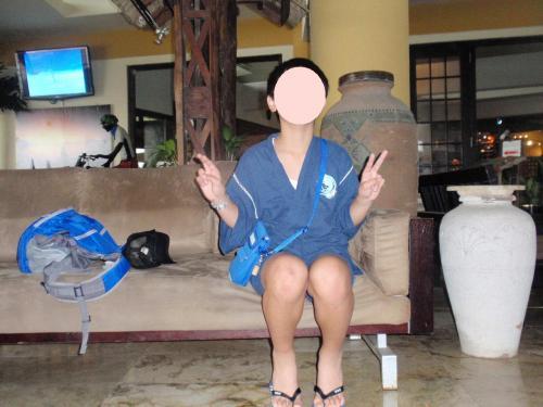 2日目です。<br /><br />今日はゆっくり起きたのでガラパンへ出て早めのランチをとることにしました。<br />ロビーの前の椅子でDFSギャラリア・エクスプレスを待ちます。