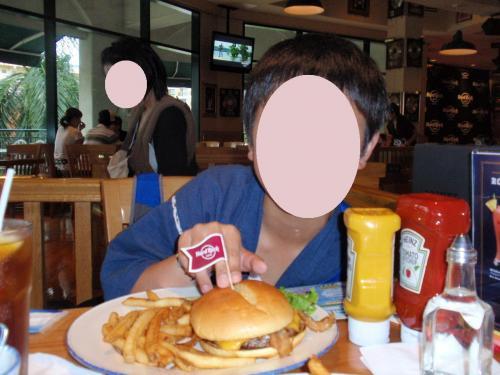 程なくハンバーガーがやってきました。<br />大きい〜!