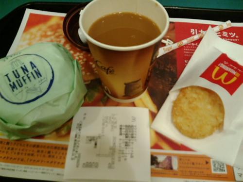 成田空港第二ターミナル内のマクドナルドでいつもの朝マック。今回はツナマフィンセット。