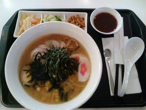 ターミナル内の食堂で食べた味噌ラーメン風の台湾料理。円で払うとやや割高で500円。